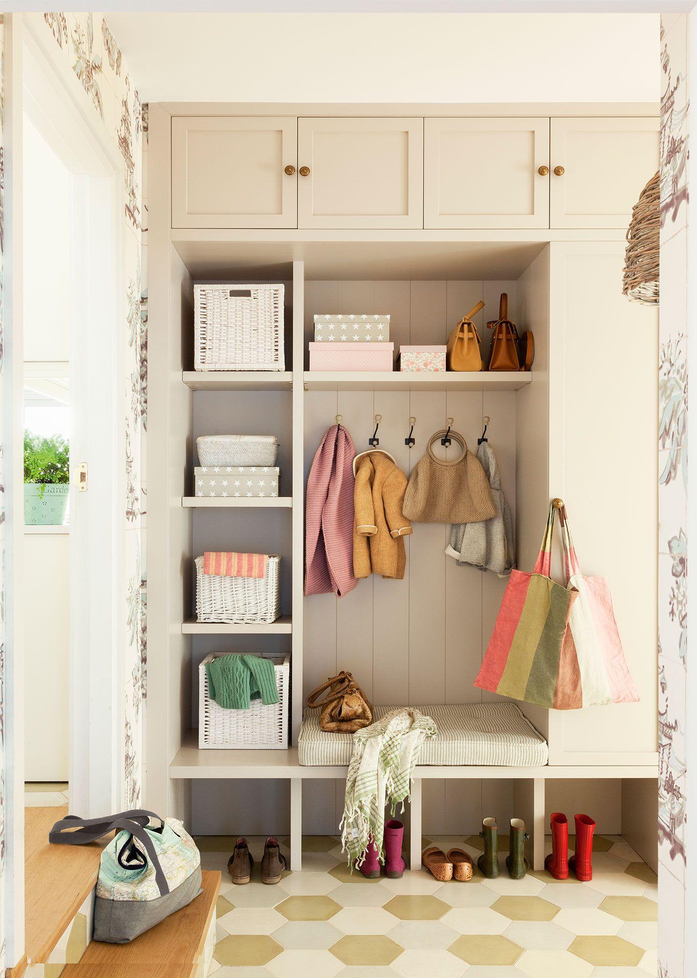 Mueble a medida hasta el techo en recibidor con baldas - Recibidor con armario ...