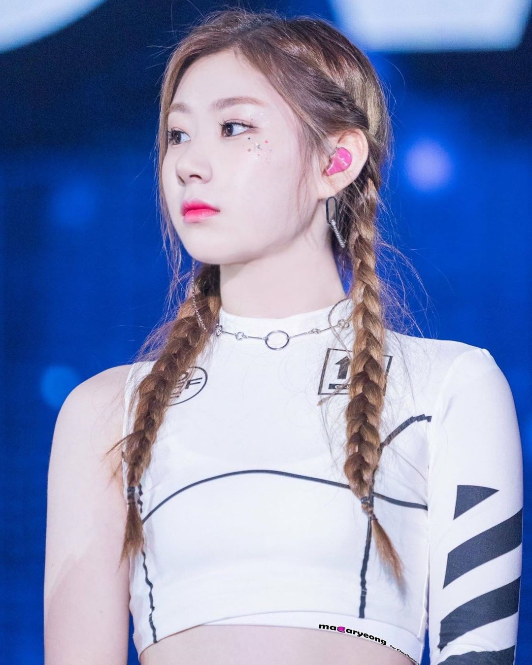 Guys Really This Girl Does Not Stop Being Perfect Never Stop Being So Unique Itzy Chaeryeong Lia Ryujin Yeji Yuna Icy Itzy Hairstyle Hair Styles
