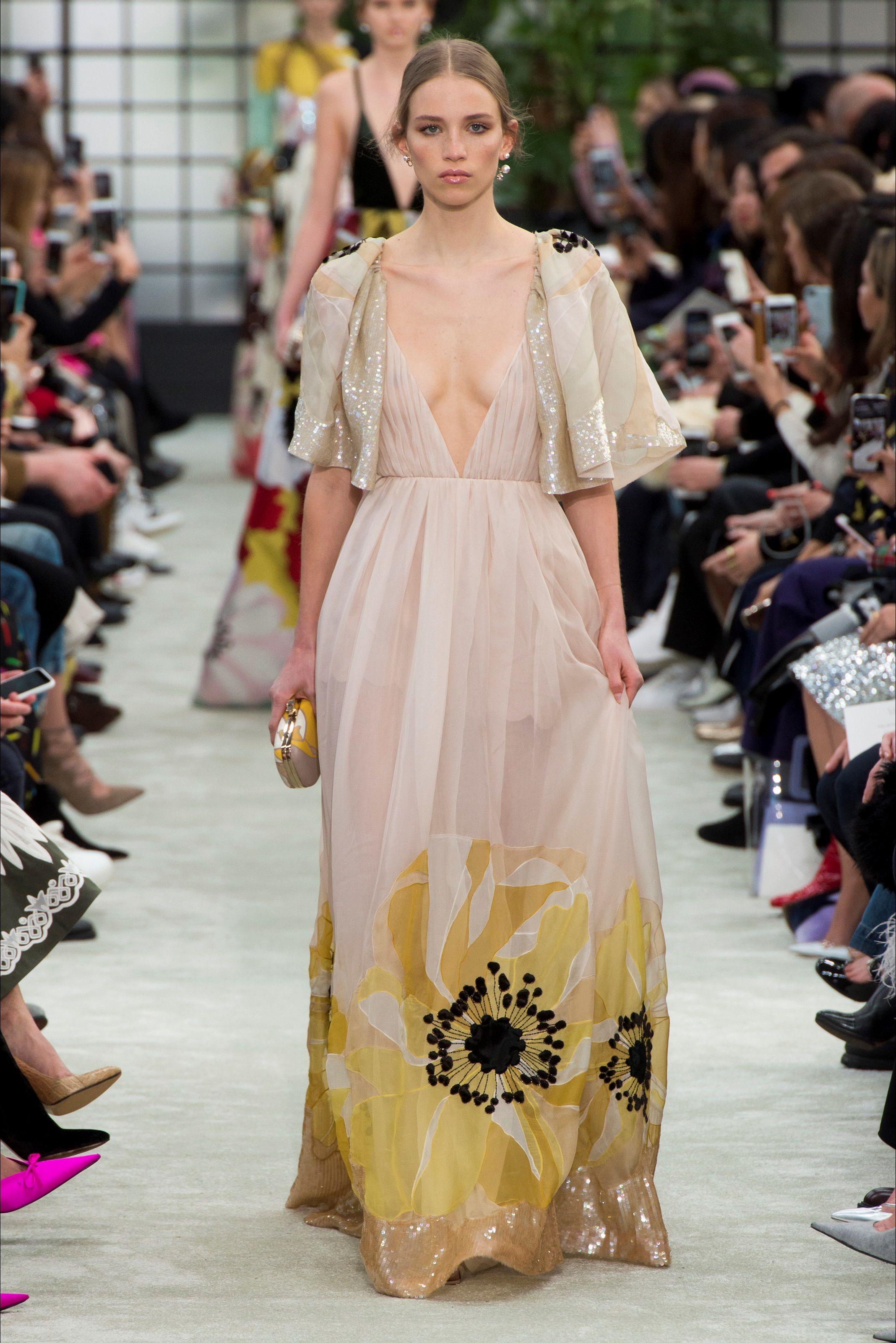 fa02148419f8 Guarda la sfilata di moda Valentino a Parigi e scopri la collezione di abiti  e accessori per la stagione Collezioni Autunno Inverno 2018-19.
