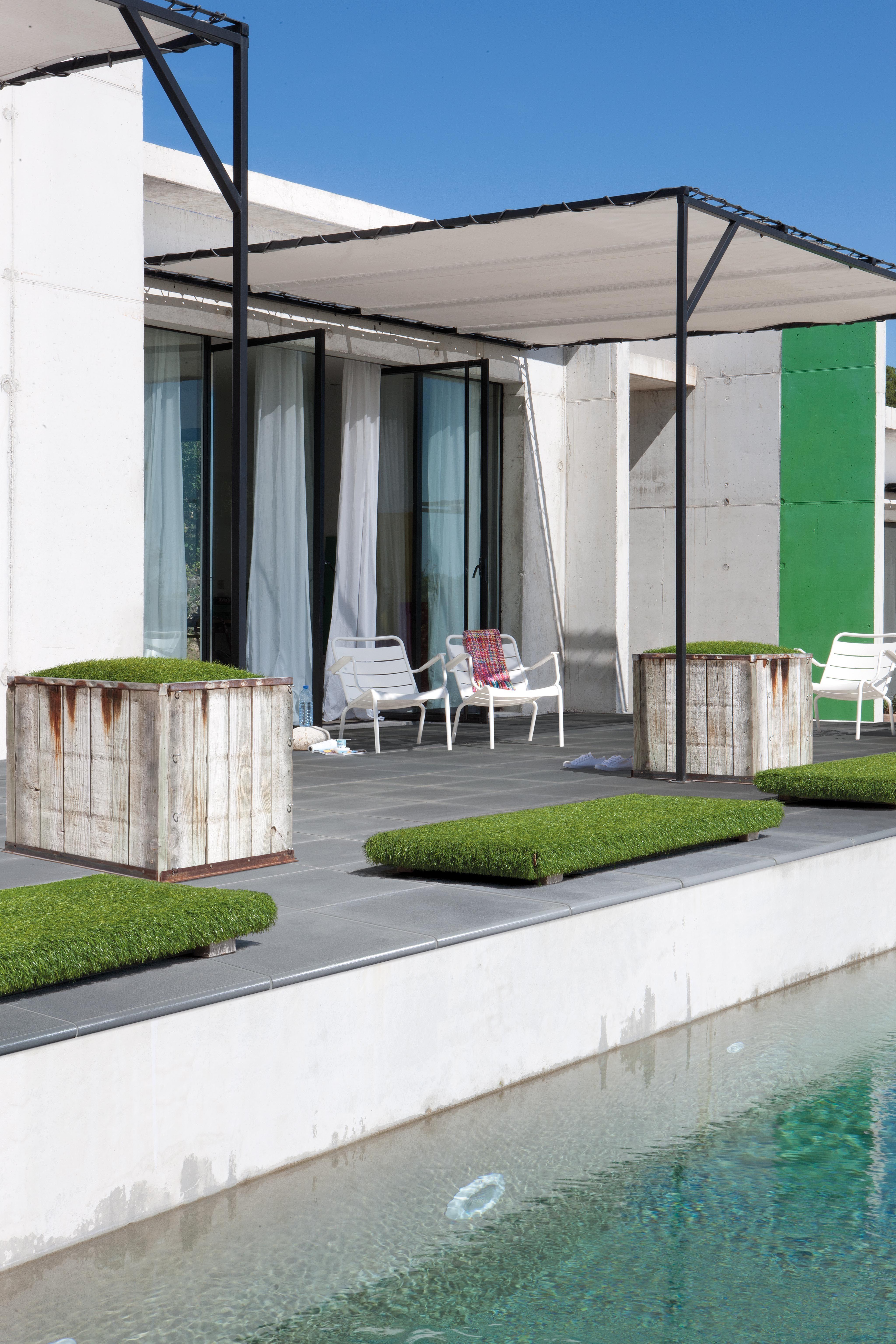 pergolas lgres pour ombrager une plage de piscine terrasse et margelles kera linea pearl grey