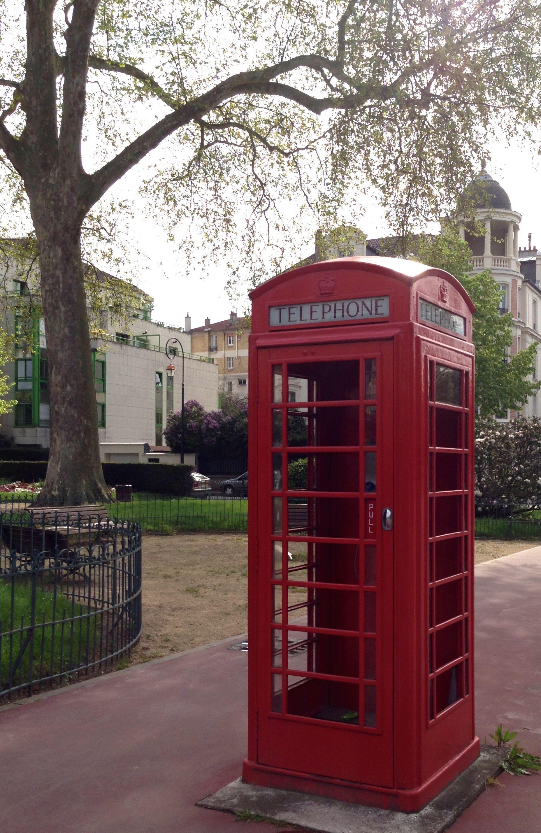 London? No, Paris. Cabine téléphonique rouge, Paris Bois
