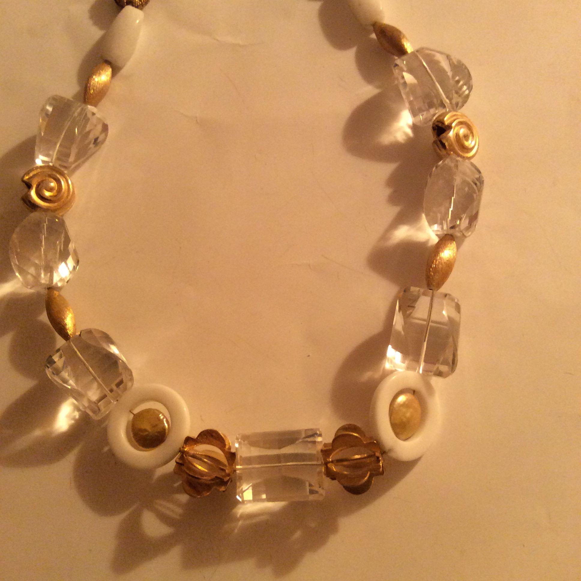 """Collana in cristallo di rocca taglio cuscino e boules in argento dorato con rondelle in agata bianca e perle freshwater  """"bottone"""" dorate"""