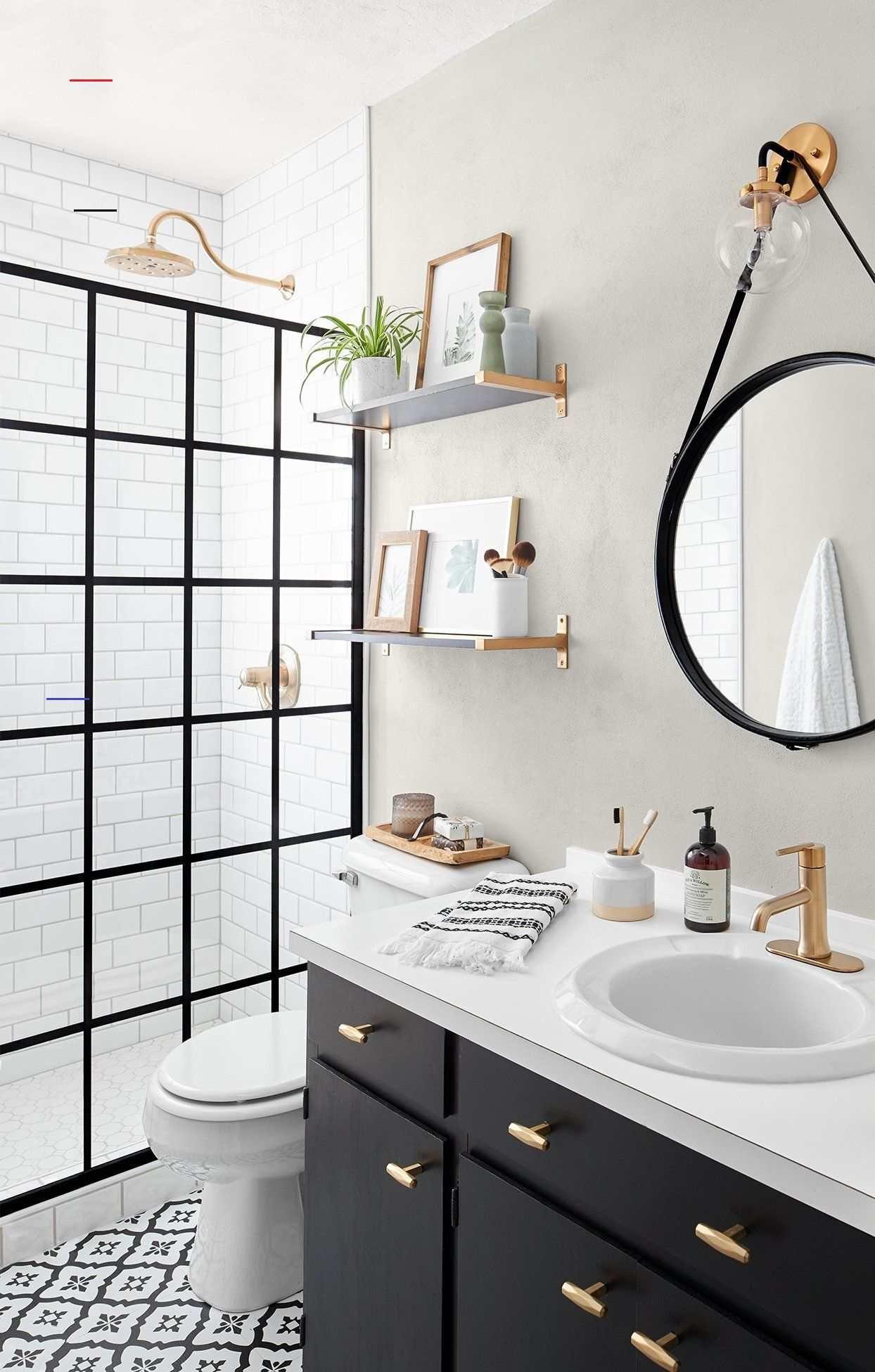 This Small Bath Makeover Blends Budget Friendly Diys And High End Finishes Blackwhitebathrooms In 2020 Badezimmer Renovieren Badezimmereinrichtung Badezimmer Umbau