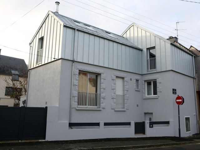 Avant apr s une sur l vation zinc transforme une maison rennaise architecture r novation et Toit mansarde bardage bois