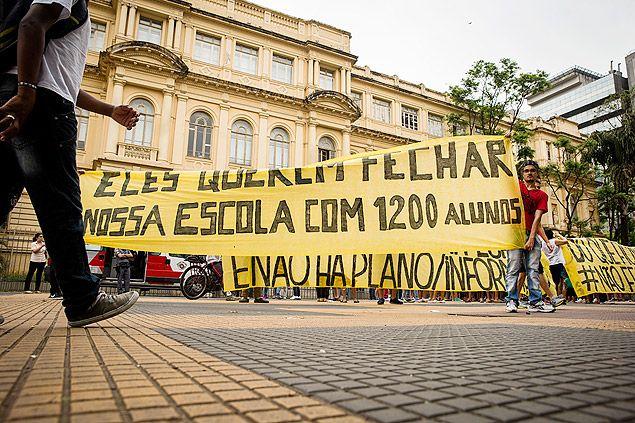 Manifestantes carregam faixa em frente à secretaria estadual de Educação, no centro