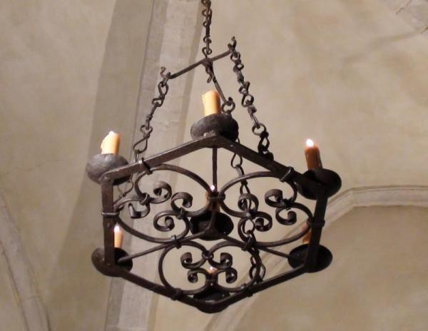 Lustre médiéval en fer forgé artisanal, disponible sur mesure auprès des Artisans du Lustre. www.i-lustres.com