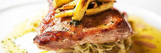 Porco preto com minimilho e salada de repolho do chef Chico Farah - http://chefsdecozinha.com.br/super/receitas/carnes-de-porco/porco-preto-com-minimilho-e-salada-de-repolho-chef-chico-farah/ - #MiniMilho, #Porco, #PorcoPreto