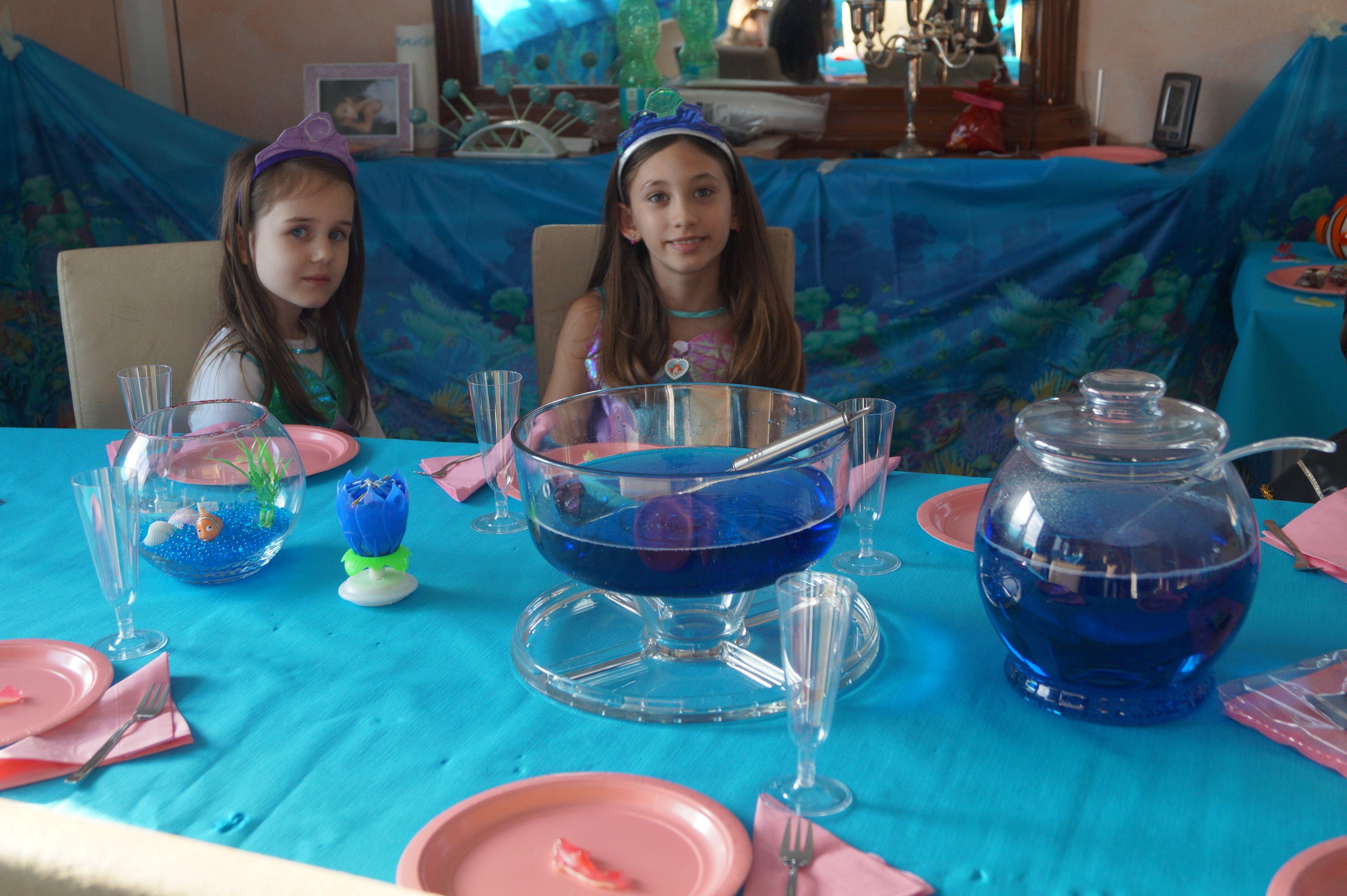 Tischdekoration mit passenden Getränken - blaue Lagune