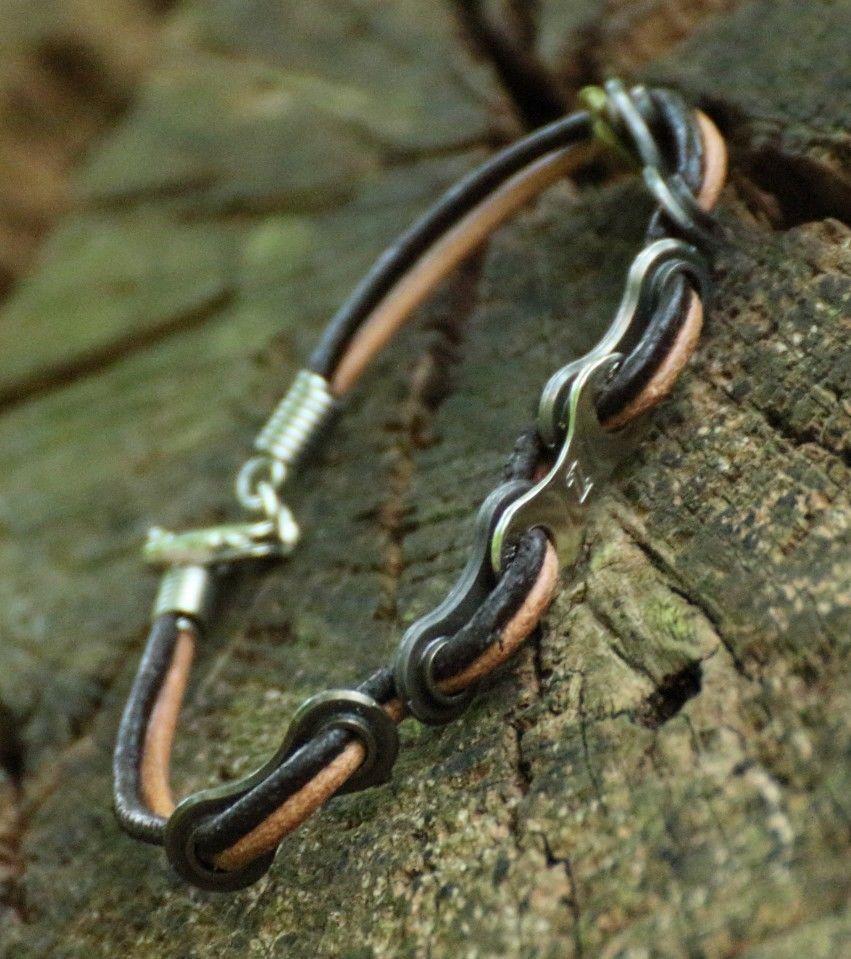Dieses Armband ist ein Upcycling-Produkt, angefertigt aus Teilen ...