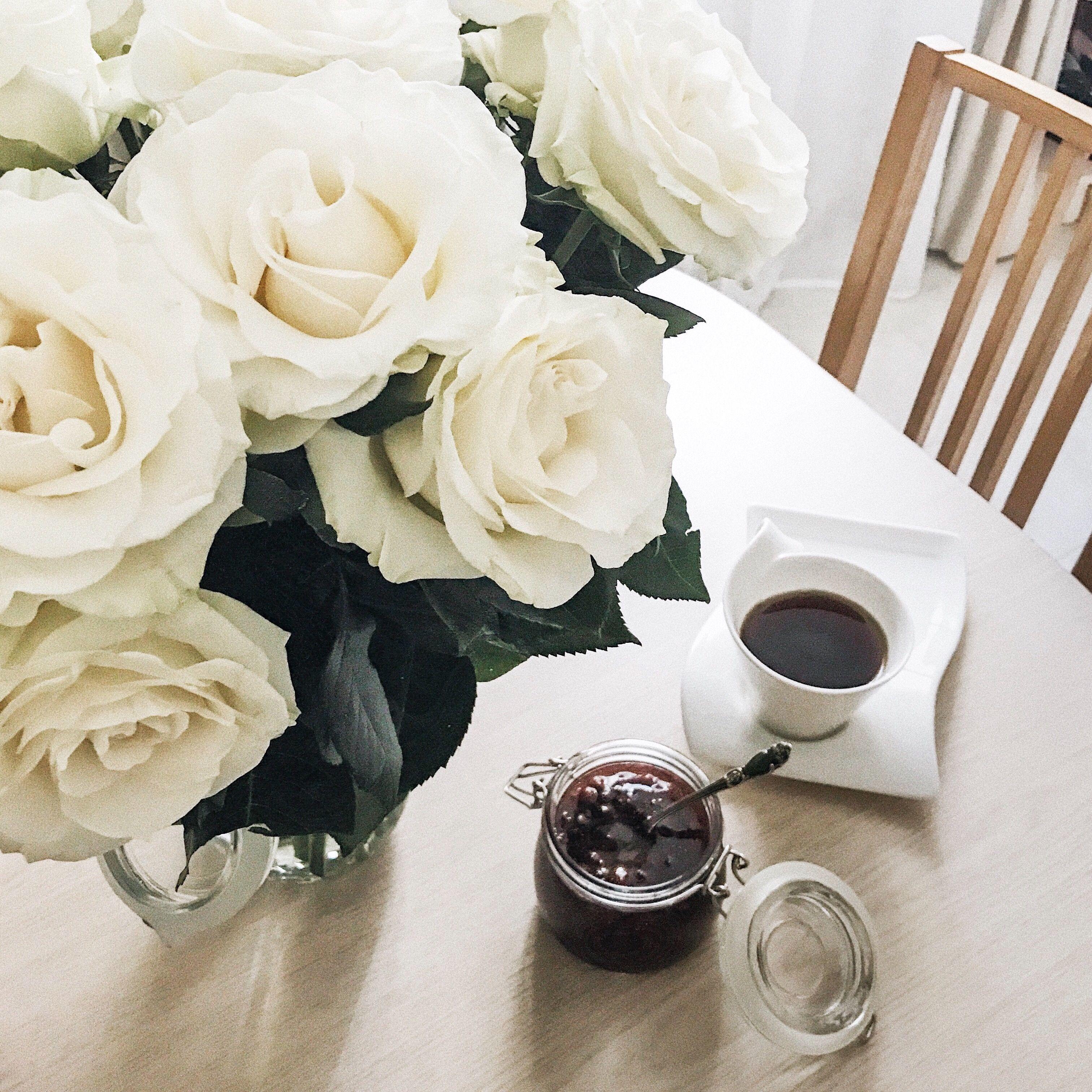 Картинки доброе утро с белыми розами