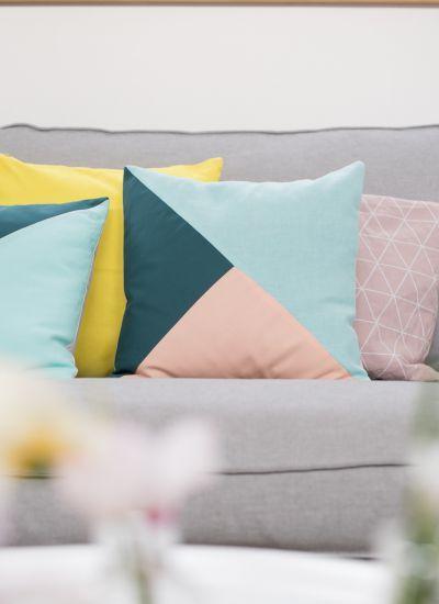 Kissen Im Angesagten Geometrischen Look In Pastellfarben Wie Türkis Und  Apricot Als Deko Für Die Couch