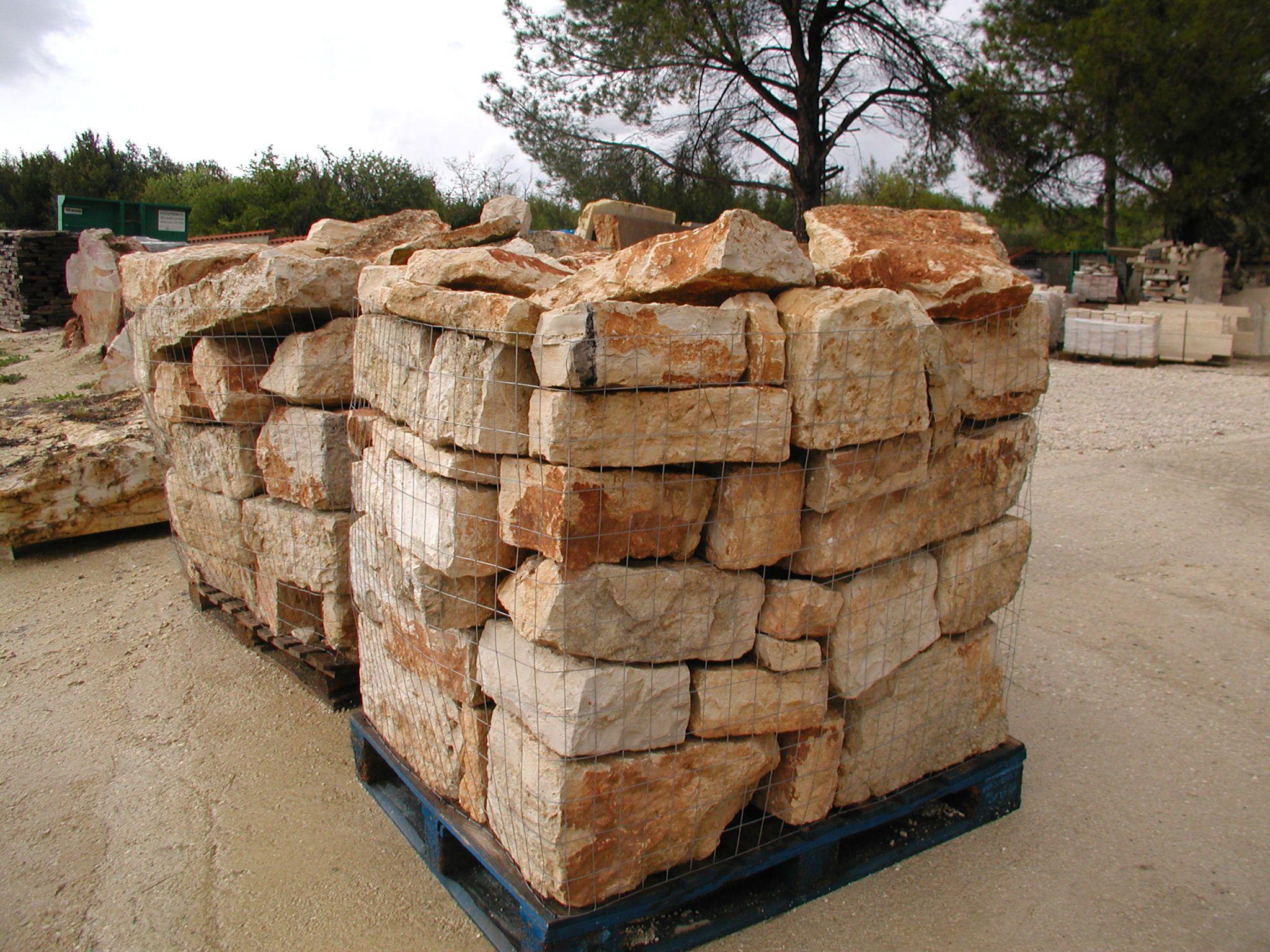 Blocchi di pietra trani da recupero arredo giardino for Colmef pietre d arredo