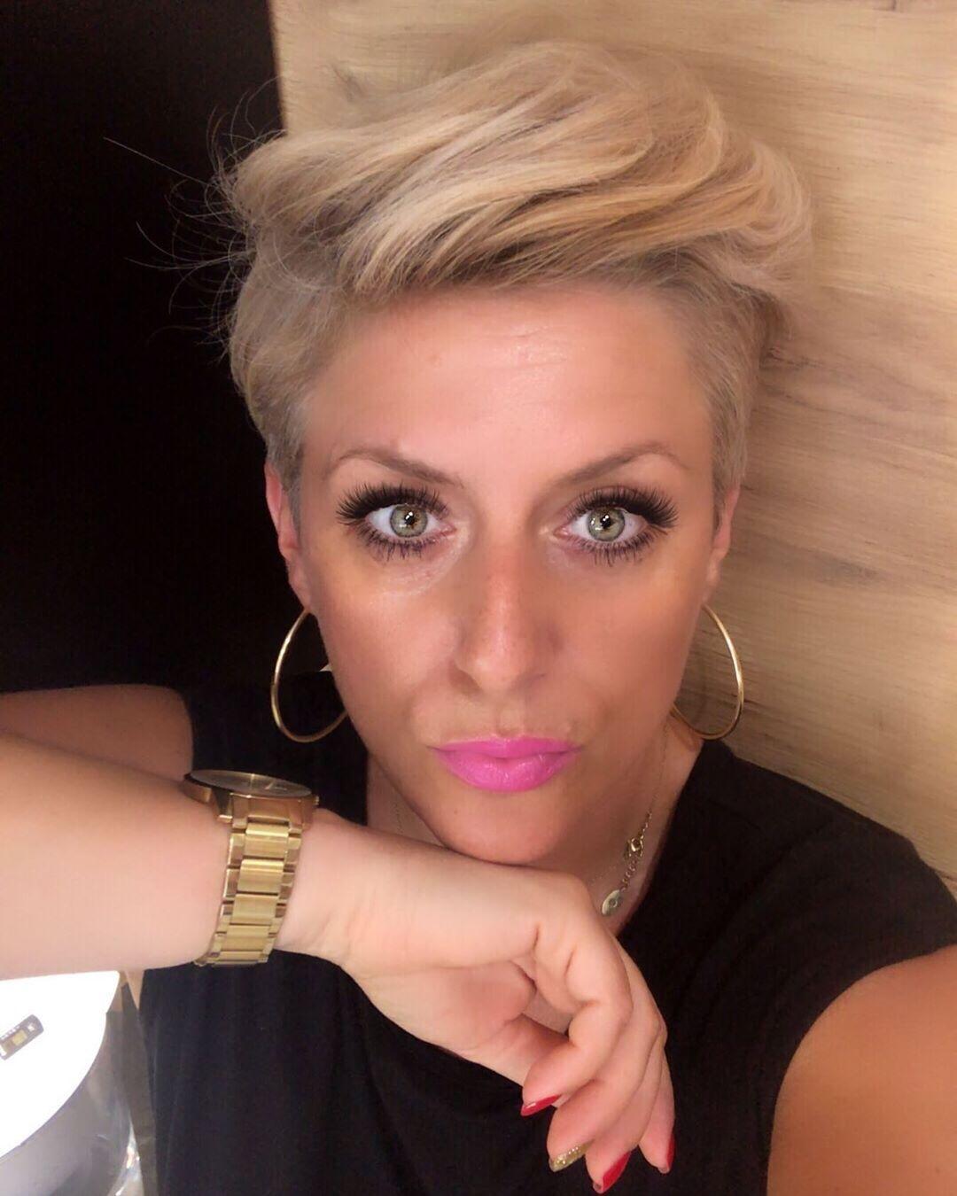 Ja Nie Chce Isc Pod Wiatr Gdy Wieje W Dobra Strone Nie Chce Biec Do Gwiazd Niech Gwiazdy Biegna Do Mnie Nie Chce Chwytac Dni Hairstyle Hoop Earrings Earrings