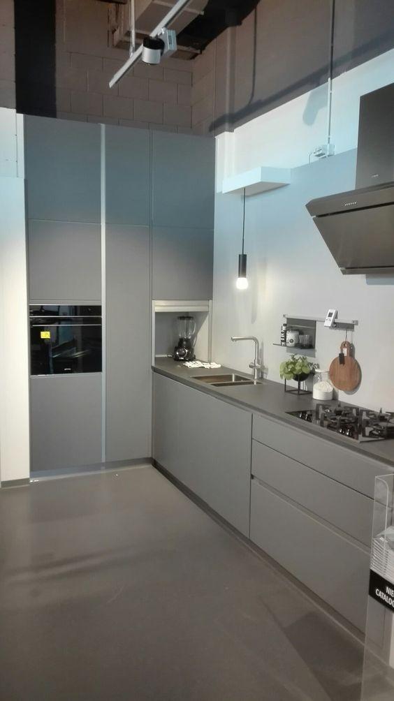 Tinta grijs showroom kvik wateringen Hoge kasten wand kjøkken - led lichtleiste küche