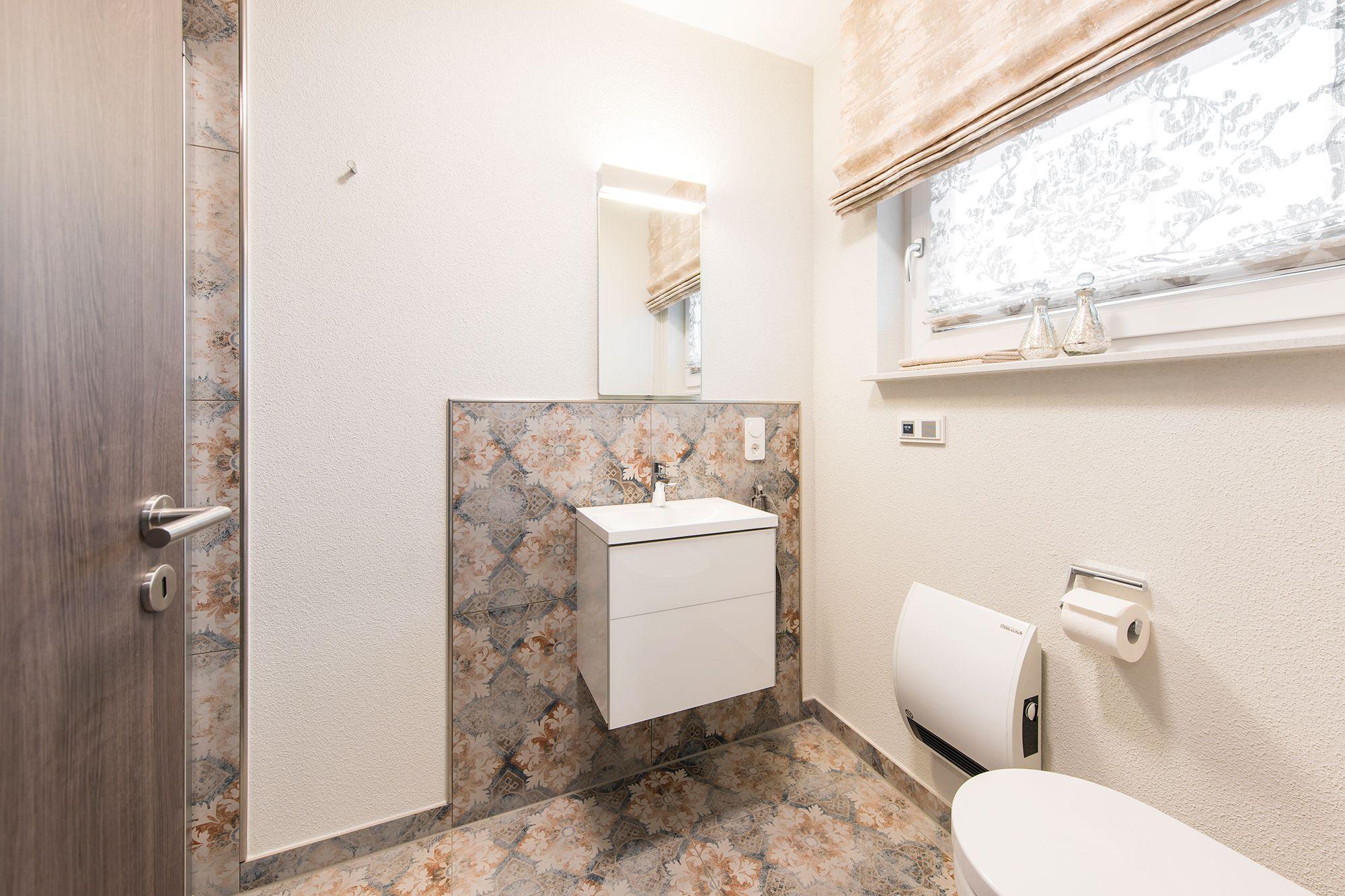Fertighaus Wohnidee Badezimmer Gaste Wc Gemusterte Fliesen In 2020 Asthetisches Design Fertighauser Badezimmer