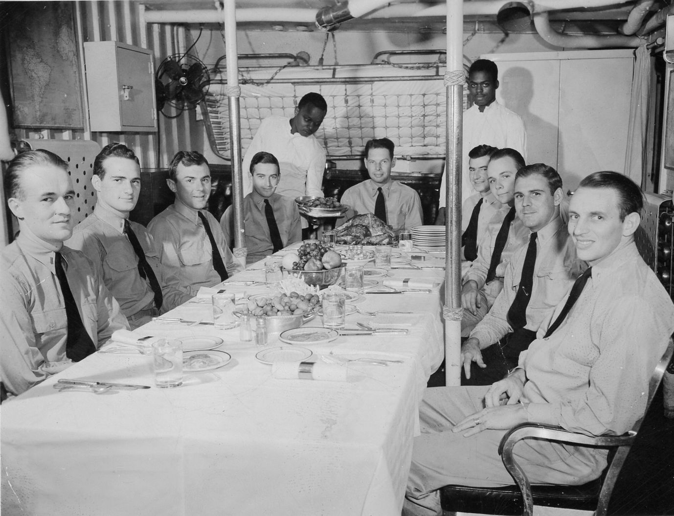 [Photo] Officer dining room a US Navy destroyer while the