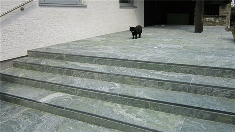 unsere granit treppen fertigen wir in verschiedenen oberfl chenstukturen an poliert geflammt. Black Bedroom Furniture Sets. Home Design Ideas