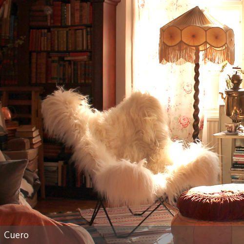 Das Zimmer im lässigen Bohème-Look wurde mit Sitzpoufs und einer Stehleuchte mit gewundener Stange und ausladendem Leuchtenschirm dekoriert. Der Sessel mit…