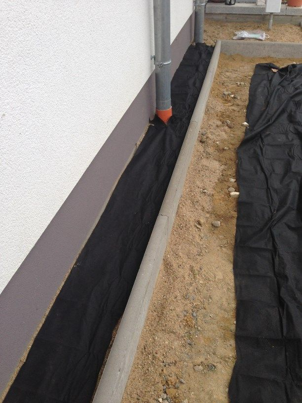 spritzschutzstreifen mit unkrautvlies bedeckt kert. Black Bedroom Furniture Sets. Home Design Ideas