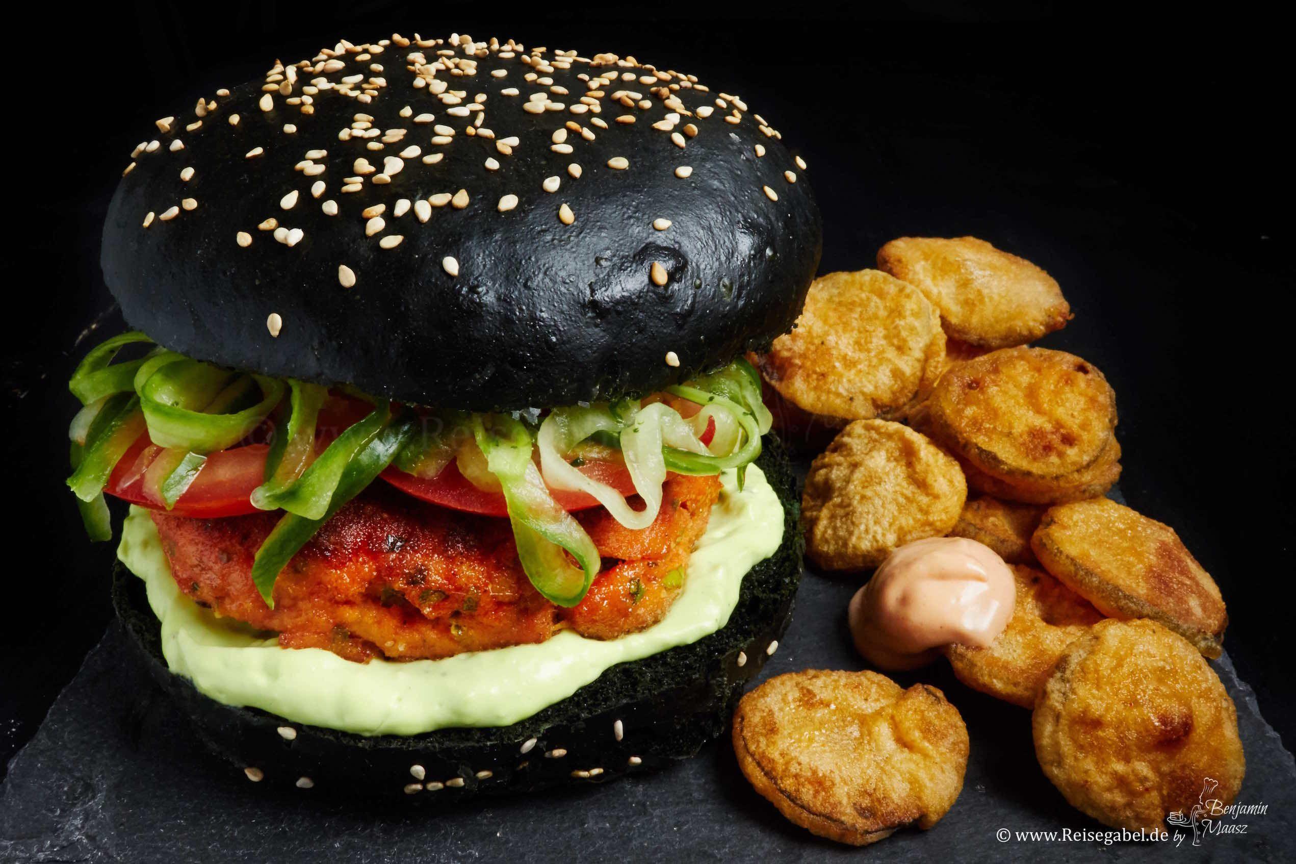 Lachsburger mit schwarzen Bun