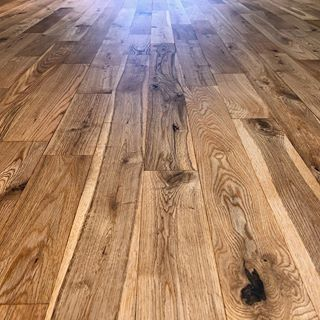 If you really want high definition grain and stunning vibrance on a natural finish, you need an oil based primer. This solid oak floor was coated in #bona Craft Oil 2k then overcoated with Bona Traffic HD Natural which has a 6-8% sheen, designed to make the floor look unfinished. I say this with a lot of my posts but I absolutely love this. . . . #Floorsanding #refurbishment #oldtonew #restoration #woodfloors #woodflooring #fudgeflat #radlett #hertfordshire #northlondon #londonproperty #interior