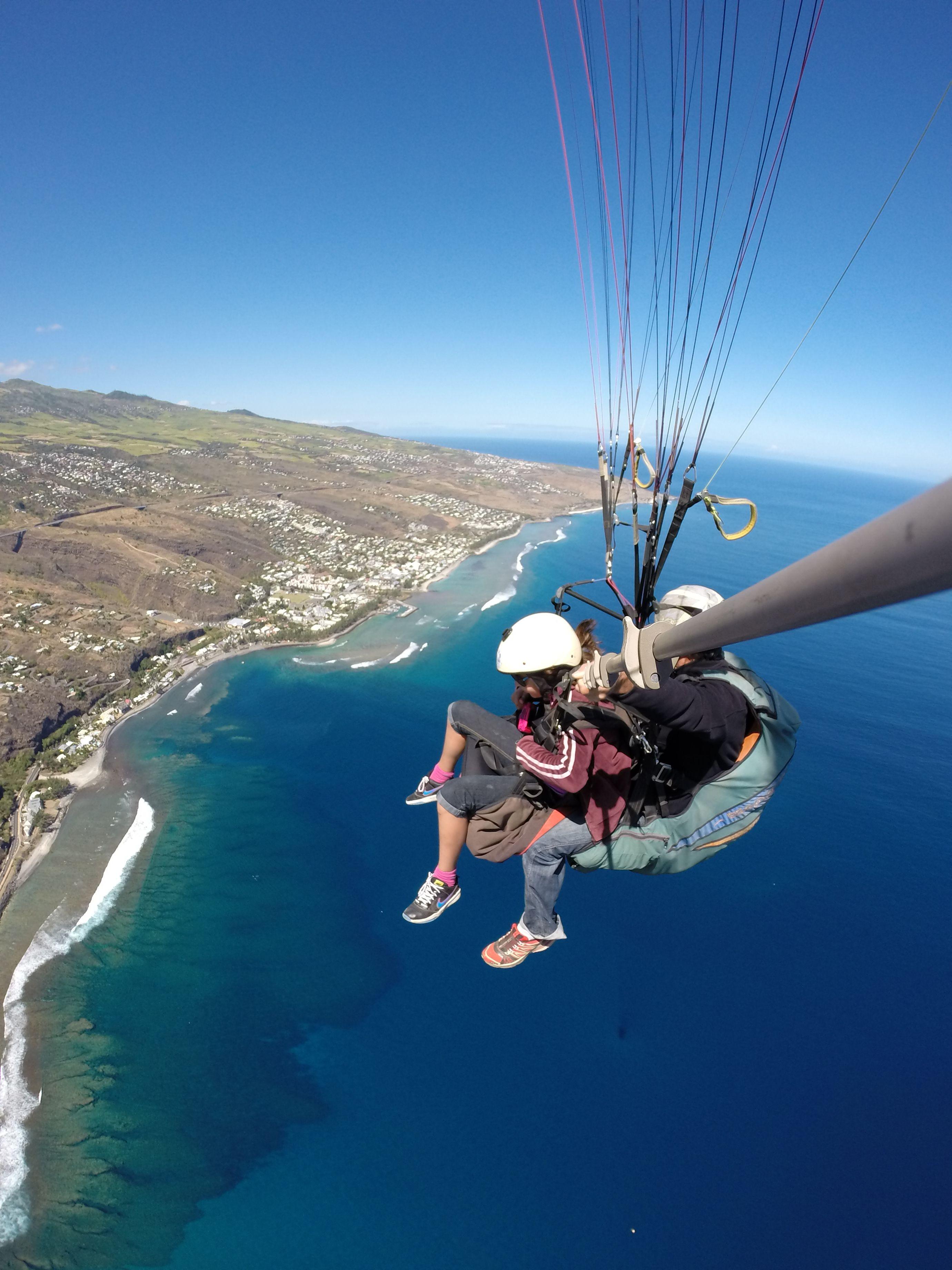 Biplace Parapente Au Dessus Du Lagon De St Leu Ile De La Reunion Http Www Airlagon Parapente Fr La Reunion Voyage Reunion Ile De La Reunion