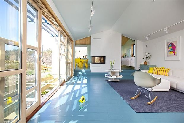 The house in Stockholm of the couple formed by singer Jessica Folcker and designer Daniel Heckescher presents a re-interpretation of Scandinavian minimalism, enriched with bright colors and pop.