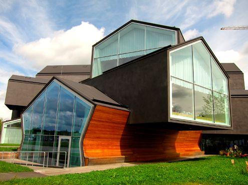 瑞士建築師雙人組 Herzog & de Meuron (簡稱 HdM)為 VITRA  位於德國 Weil am Rhein Vitra 園區所設計的 VitraHaus 於 2006年9月開始興建,預計 2009年完工。Weil am Rhein Vitra 園區內已經擁有許多當代建築大師的作品,像是 Frank O. Gehry、Tadao Ando、Zaha Hadid 等人都為 Vitra 做了各具特色的建築設計案。    VitraHaus 將作為 Vitra 公司對於未來住宅型態的展示中心,而 HdM 的設計概念相當簡單,以「堆疊」、「擠出」、「壓縮」工業化生產般的手法來處理住宅的複雜空間使用。    VitraHaus 內部空間除了做為展覽場地,還包括商店(應該是最常見的禮品店)、咖啡廳及會議室。