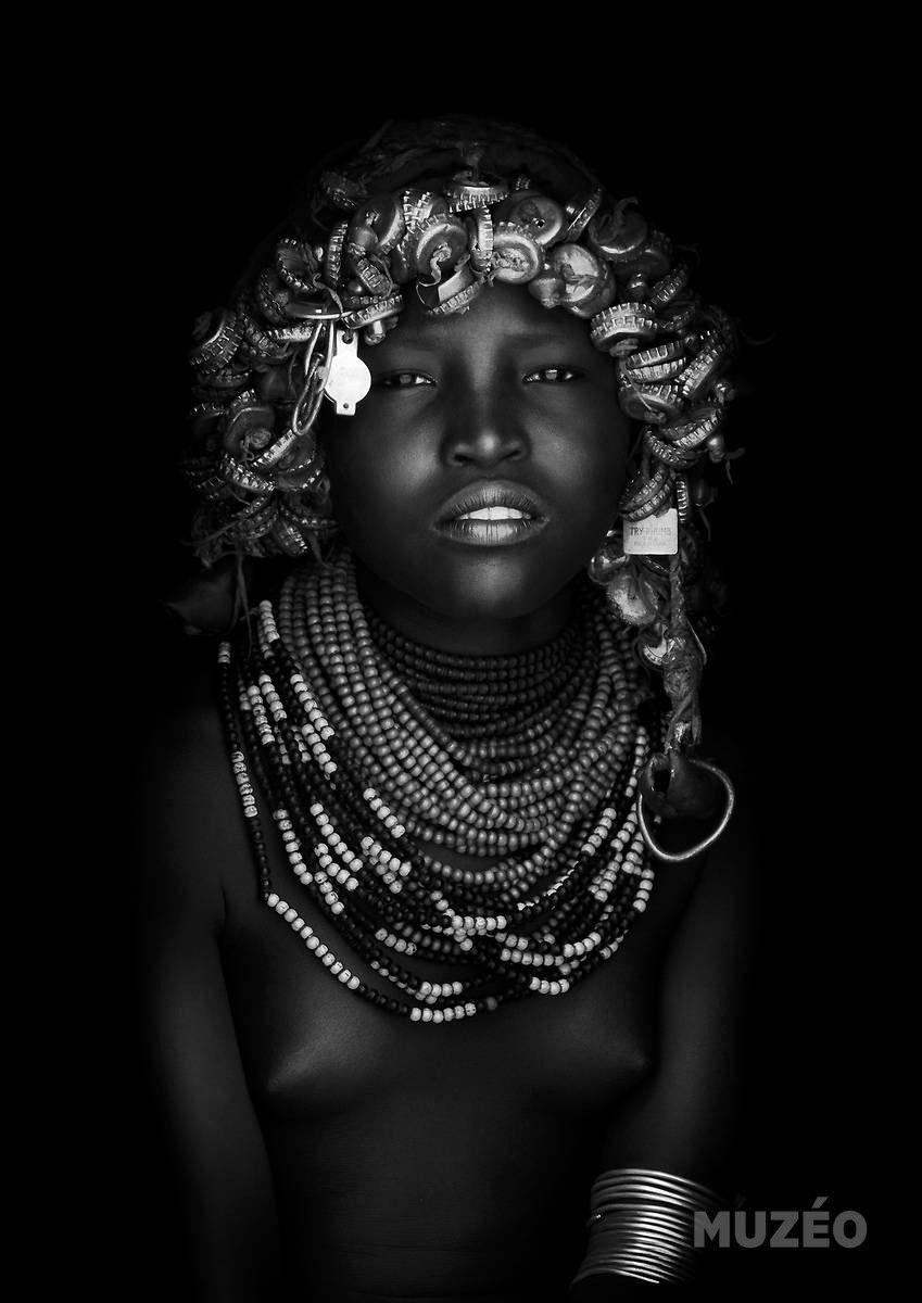 Muzéo, Edition d'art et de photo | Jeune fille Dassanech, Omo Valley, Ethiopie de Lafforgue Eric / (REF : 135004) © ERIC LAFFORGUE/RAPHO  #DÉNUDÉ #RECYCLAGE #BIJOU #JEUNEFEMME #SEINSNUS #REGARD #AFRICAIN #POITRINE #AFRIQUE #PORTRAIT #NOIRETBLANC #COLLIER #ETHIOPIE #BEAUTÉ