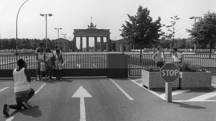 Touristen Am Brandenburger Tor Mit Blick Richtung Ost Berlin 1986 Quelle Berliner Mauer Berlin Bilder