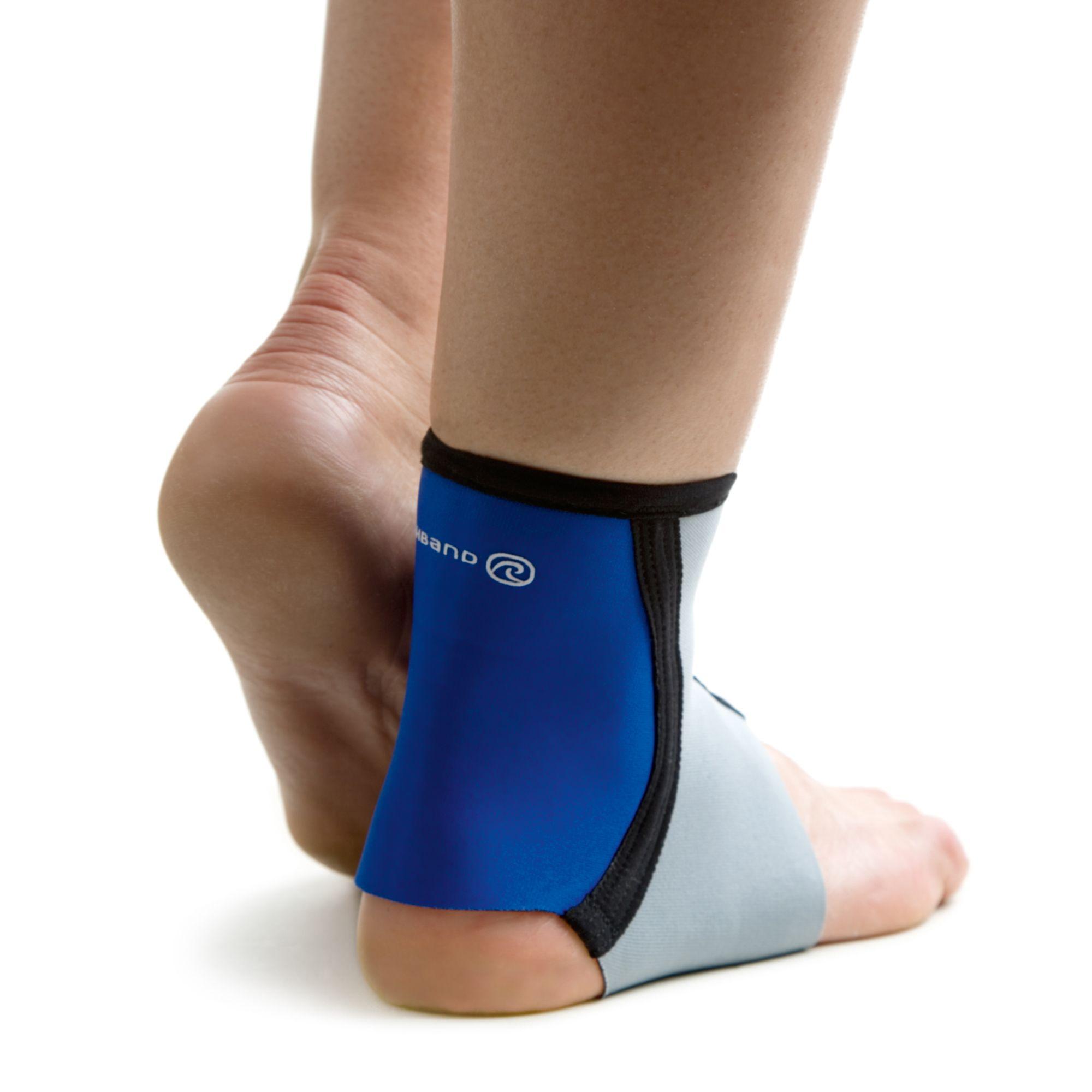 De Rehband enkelbrace Basic Line 7973 is ideaal voor lichte enkelblessures en zwakke enkels. De brace zorgt voor een veilig gevoel tijdens sport en vrije tijd. Door het slanke ontwerp ook in sportschoenen te dragen.