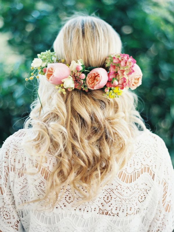 Such a pretty floral crown   Photography by Romance Wedding by Joseba Sandoval Photography