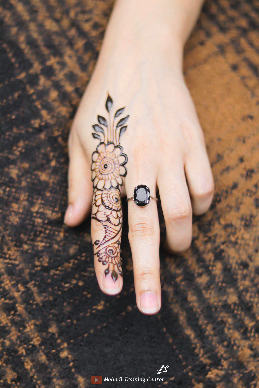 تصميم الحناء هذا للإصبع تصميم بسيط جميل للحناء تطبيق هذا الحناء بسهولة على يدك Mehndi Designs For Fingers Hand Tattoos Mehndi Designs