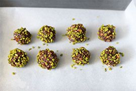 Qooking.ch   Boulettes au chocolat, amandes et mélisse