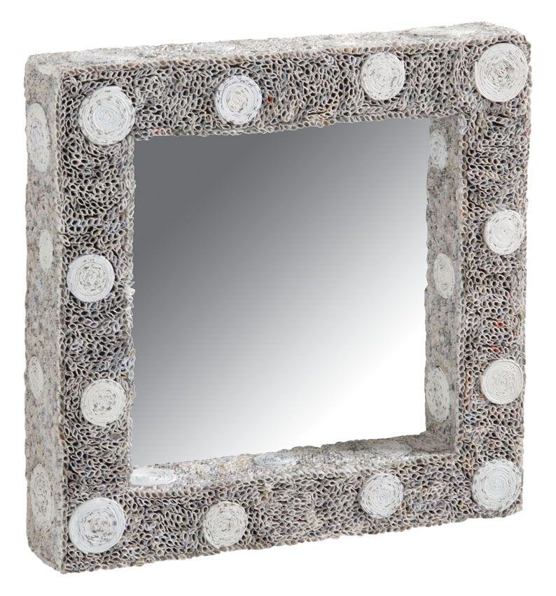 Ce miroir carré est réalisé en papier recyclé. Il a un vrai charme qui pourrait parfaitement convenir à une salle de bain.