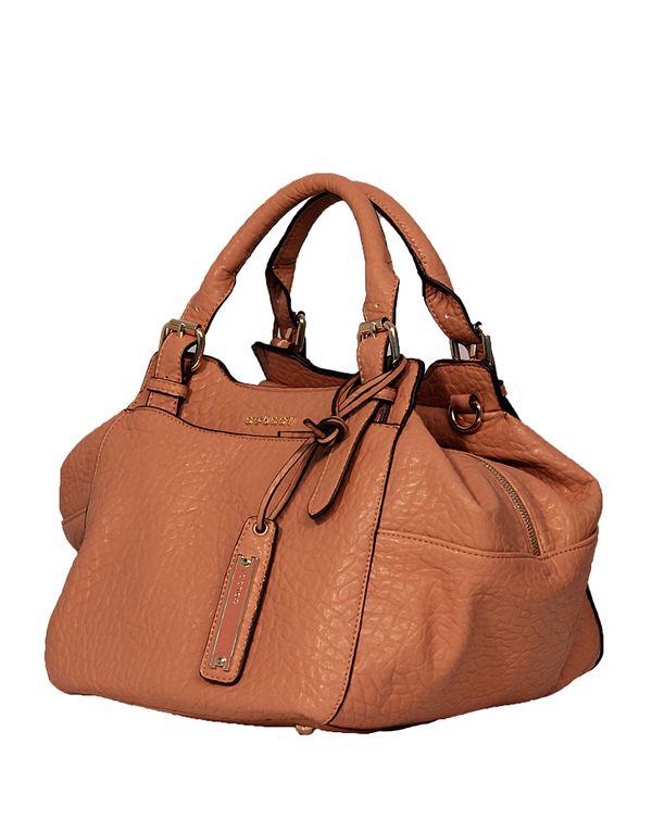 a4fee9063 Bolsa Colcci confeccionada com couro texturizado, modelo quadrado contendo  dois bolsos com fechamento por botão
