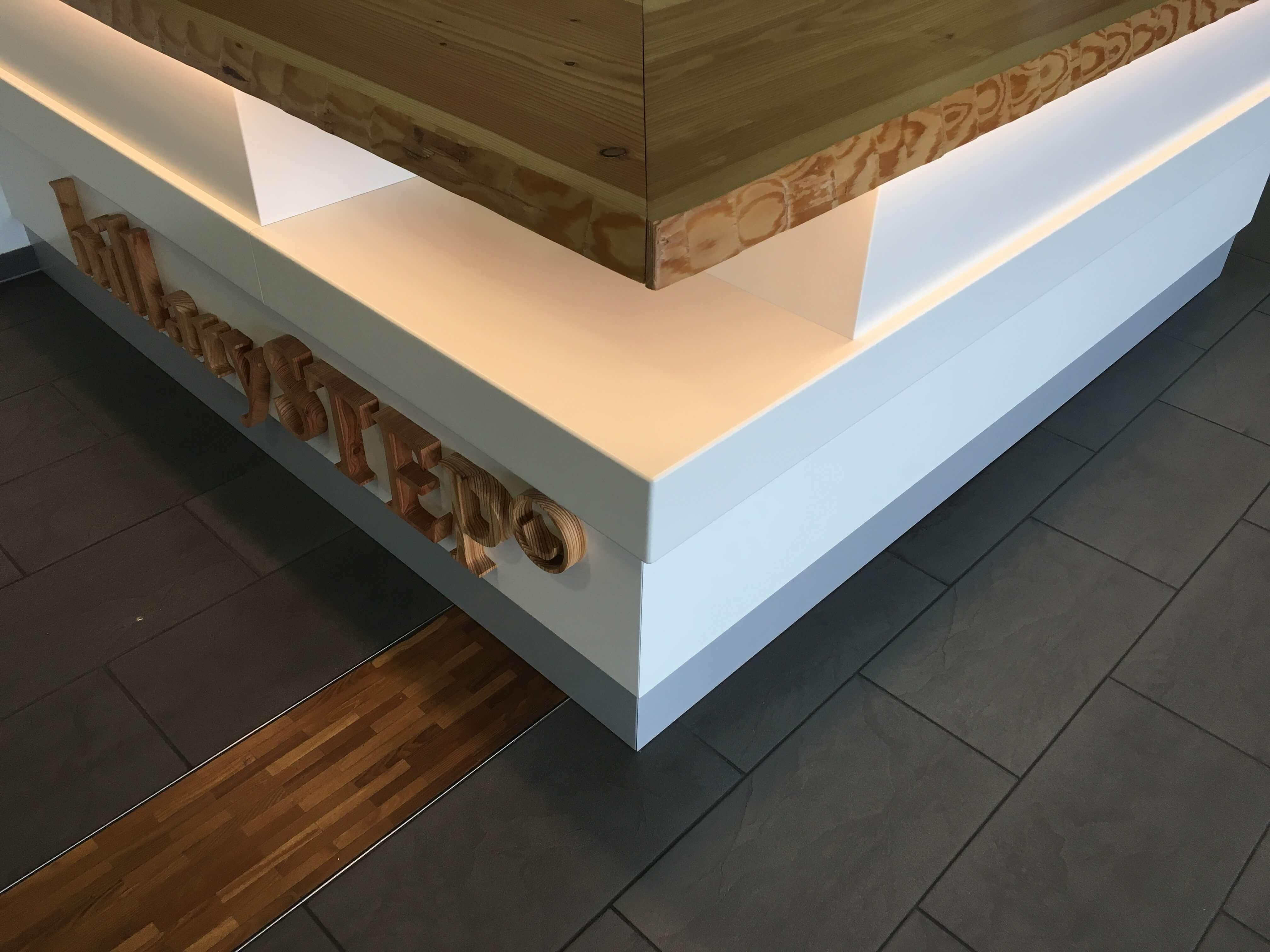 Theke inkl. LED Beleuchtung und 3-D Logo aus Holz   Geschäftsräume ...