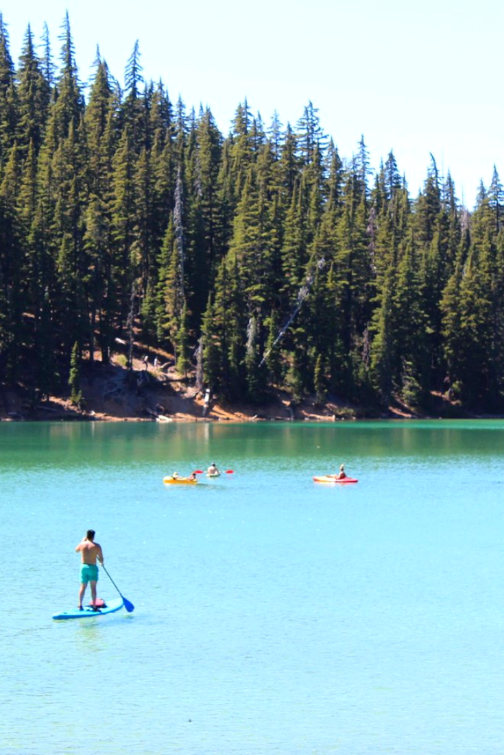 If you're planning a trip to Bend, Oregon, be sure to put this stunning turquoise colored lake on your list!   #Bend #Oregon #Lakes #Travel #USA #RoadTrip