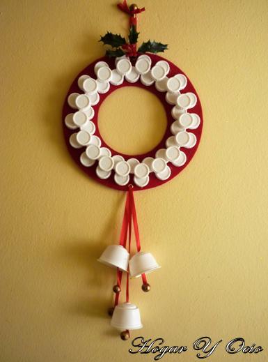 C mo hacer una corona de navidad con materiales reciclados - Decoraciones navidenas con reciclaje ...
