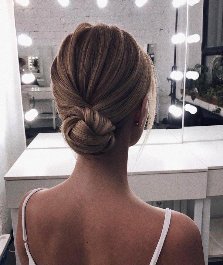 simple chignon | Chignon cheveux fin, Belle coiffure, Coiffure de mariage chignon