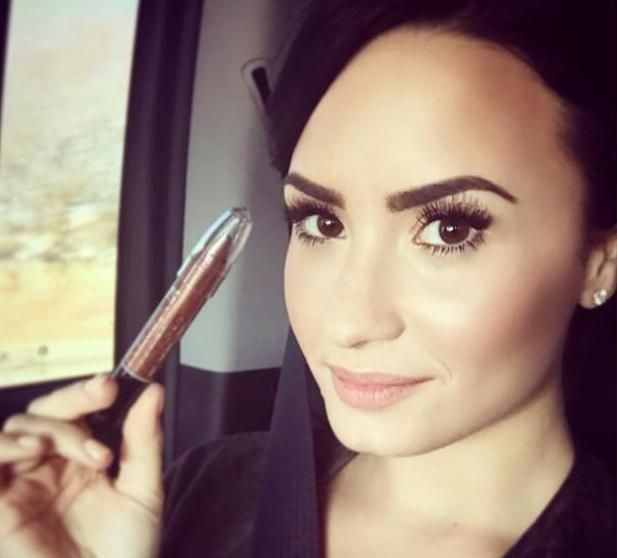 """DESTRUIDORA Demi atualizou seu Instagram com essa foto #DemiLovato """"Really Don't Care"""" #HitTheRoad @radiodisney"""
