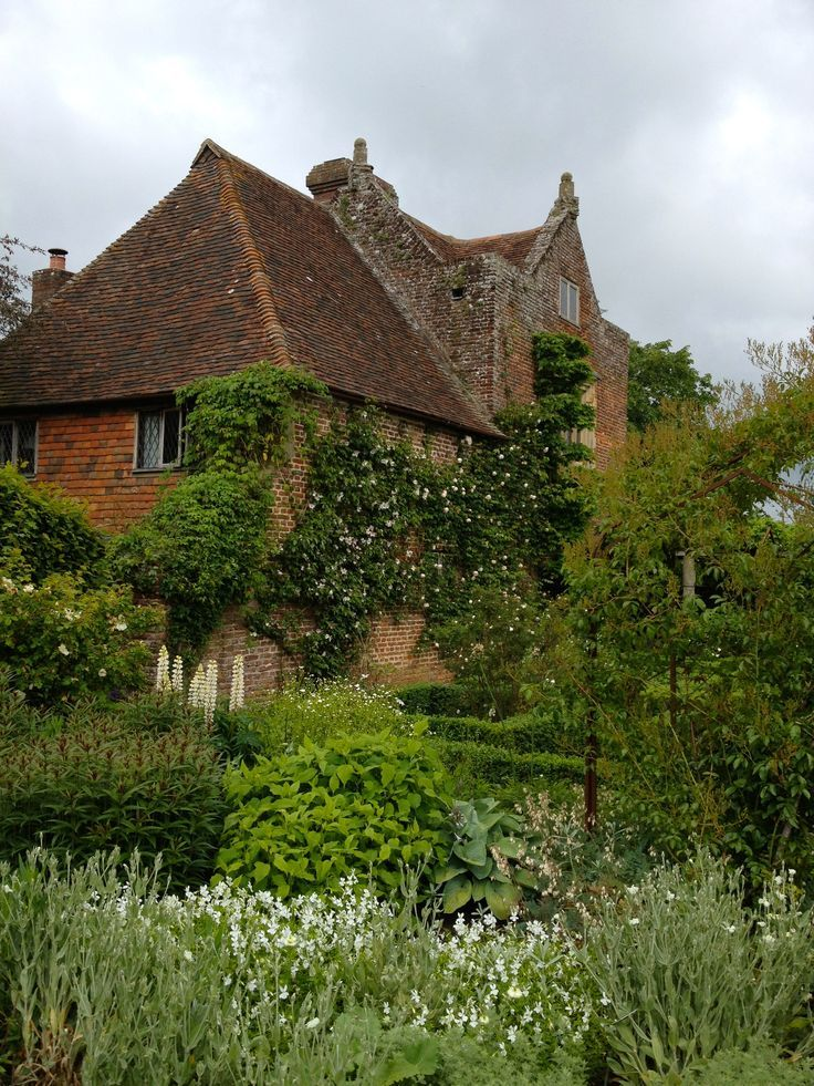 English country house. White Garden and Priest\'s House at ...