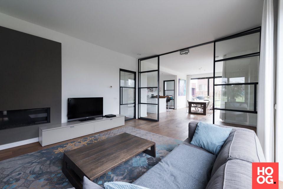 Modern Interieur Ideeen : Modern interieur in woonkamer ontwerp met stalen binnendeur