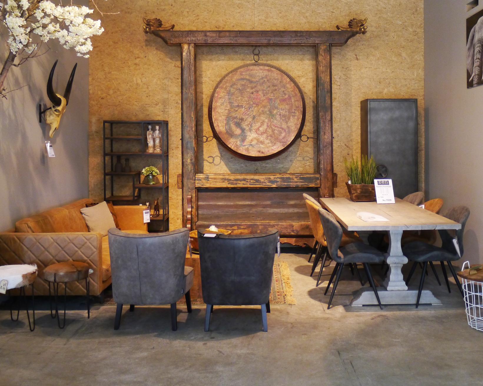 landelijke eettafel met stoere eetkamerstoelen naast een comfortabele lederen bank zen. Black Bedroom Furniture Sets. Home Design Ideas
