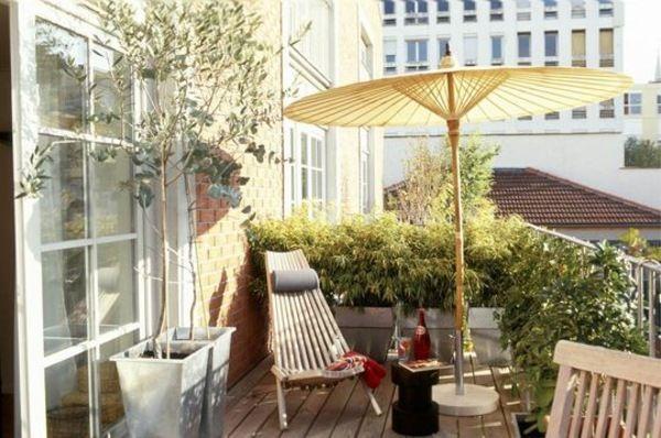 kleiner balkon gestalten sonnenschirm gelb pflanzkasten home pinterest kleinen balkon. Black Bedroom Furniture Sets. Home Design Ideas