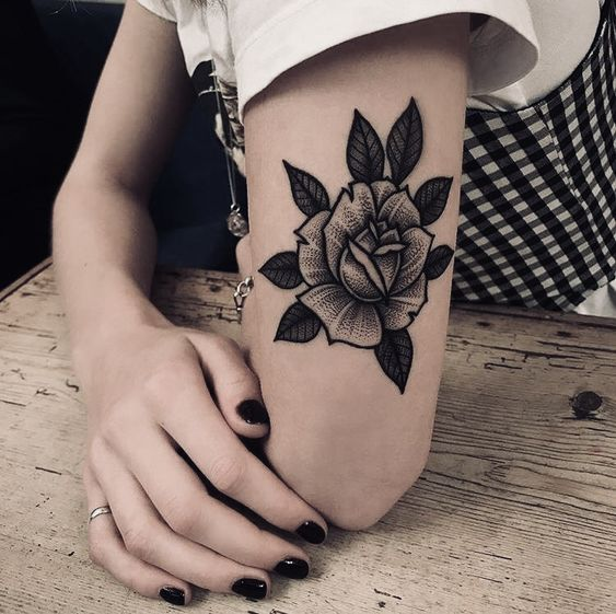 Traditional Rose Tattoo 40 Ideas For Classic Tattoos And Flowers Lovers Traditional R Tatuajes Tradicionales Tatuajes De Rosa Tradicionales Tatuajes Pierna