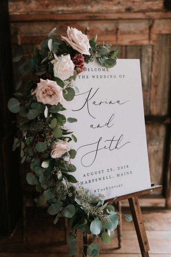 schickes Hochzeitswillkommensschild verziert mit Blumen