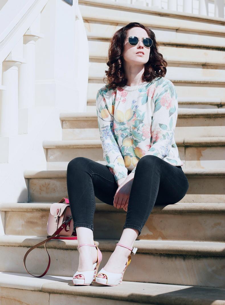 Zitronen Pullover, frühlingshafter Pulli, rosefarbener Mantel, niedliche Tasche mit Herz, ausgefallene Sandalen, rosa Tasche, Mode Blog, Fashion Blog, Like A Riot