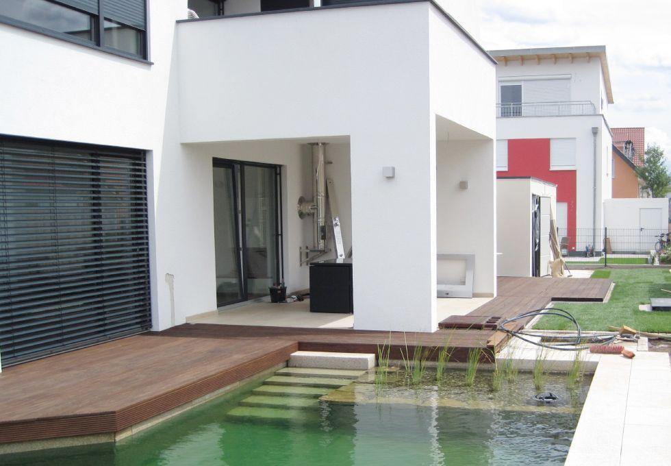Geometrisch angelegte Wasserflächen um ein modernes Haus - während