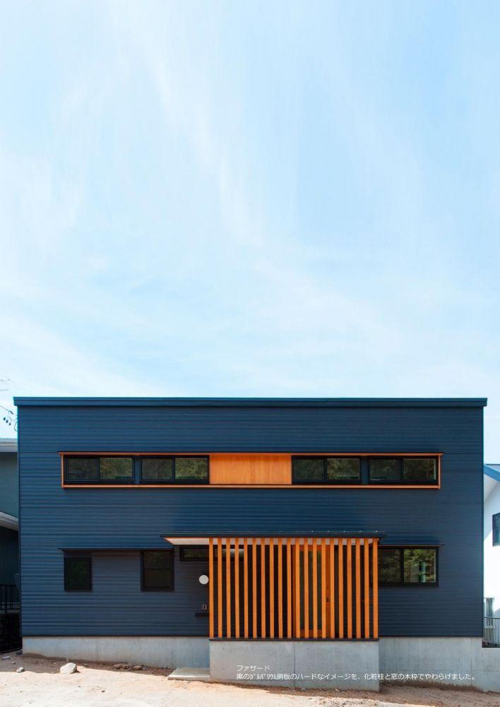 黒のガルバリウム鋼板のハードなイメージを 柱と窓の木枠でやわらげ
